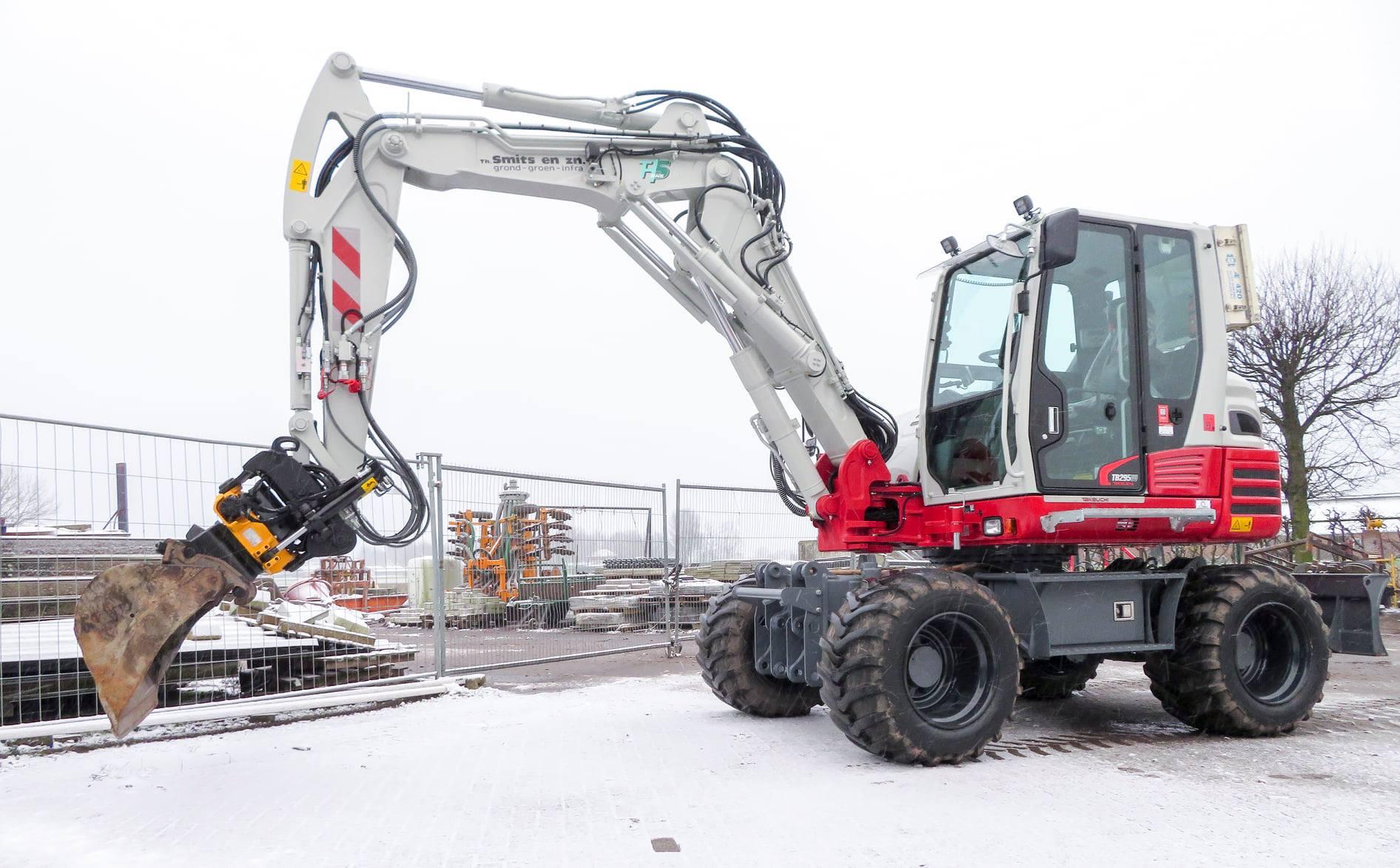 Takeuchi TB295W in de sneeuw